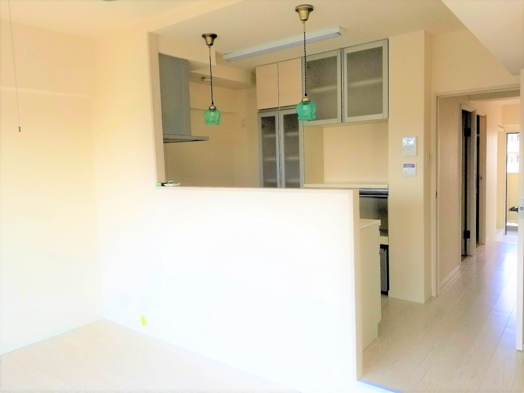 リビング側から見たキッチンも白でスッキリしています。