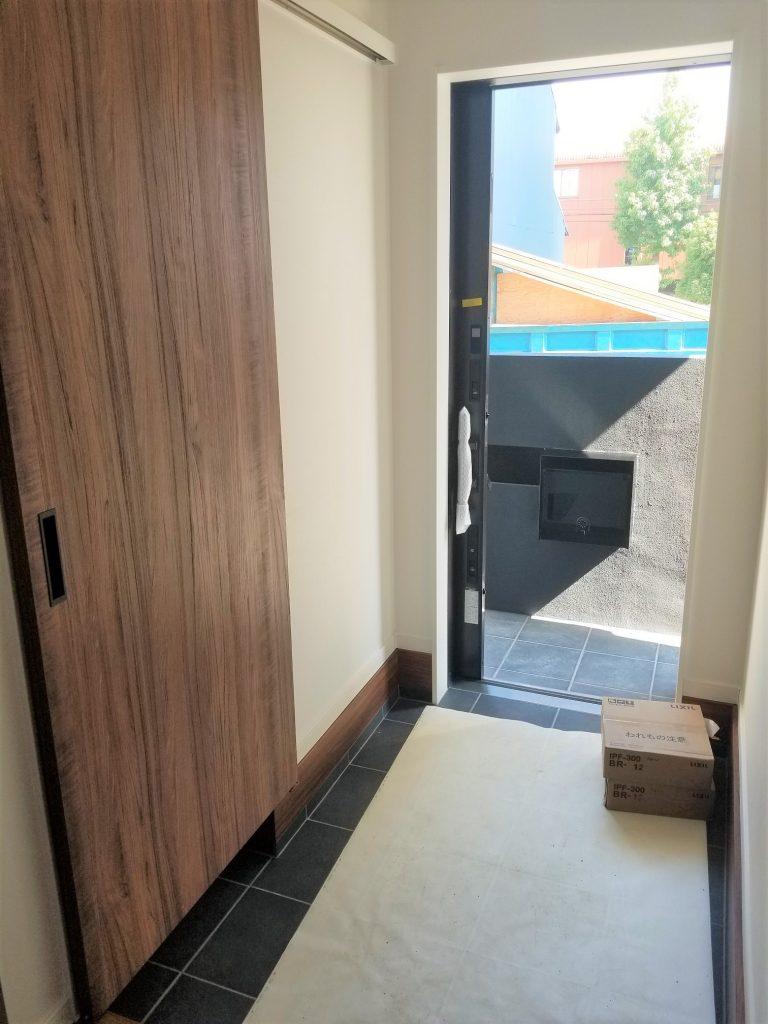 シューズインクローゼットがある玄関。