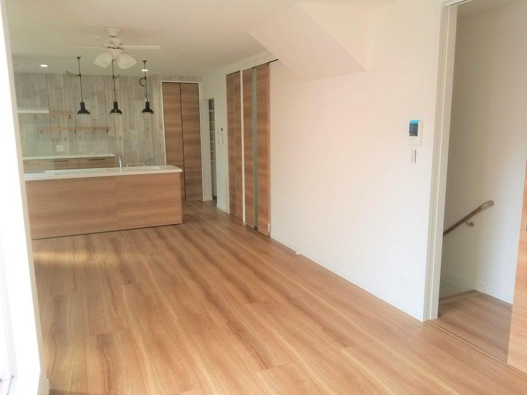 階段に続く扉はキッチンと合わせた木目調に仕上げています。
