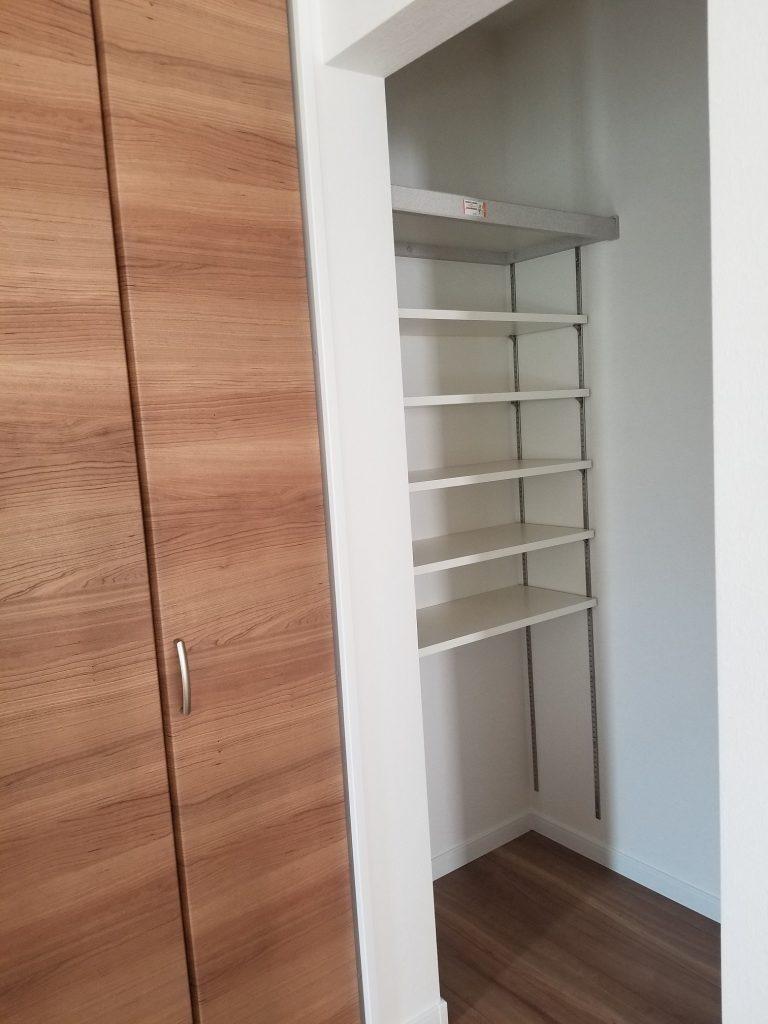 たっぷり収納可能です。棚は上下の高さを自由に調整できます。