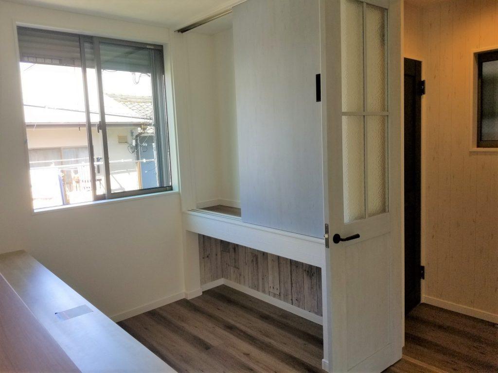 キッチン前に収納棚を設置。