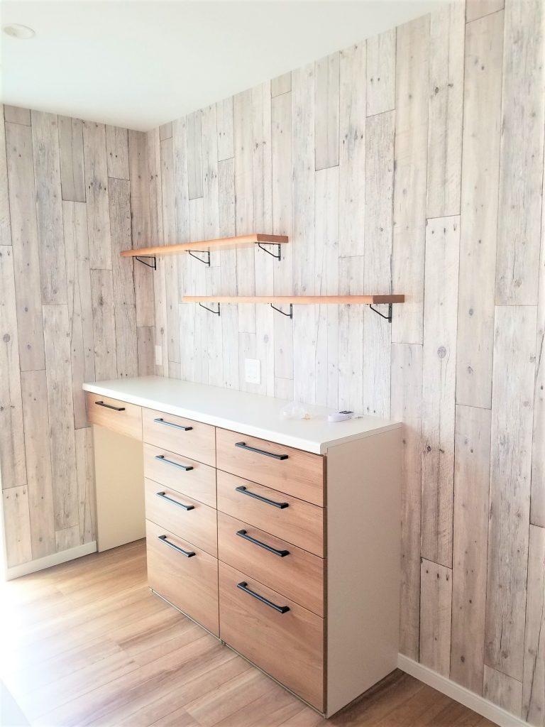 キッチンと色合いを合わせたオシャレな造作カップボード。