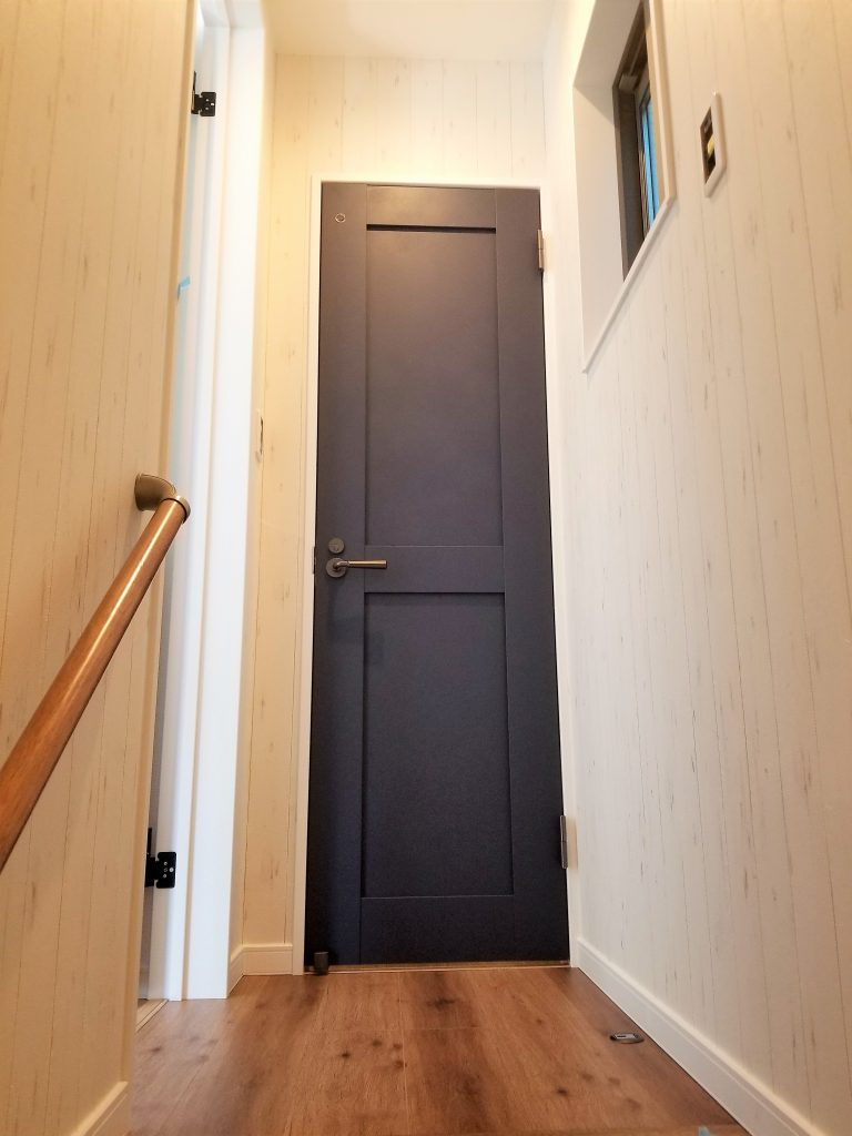 スマートでシックな色を使用したトイレ扉。