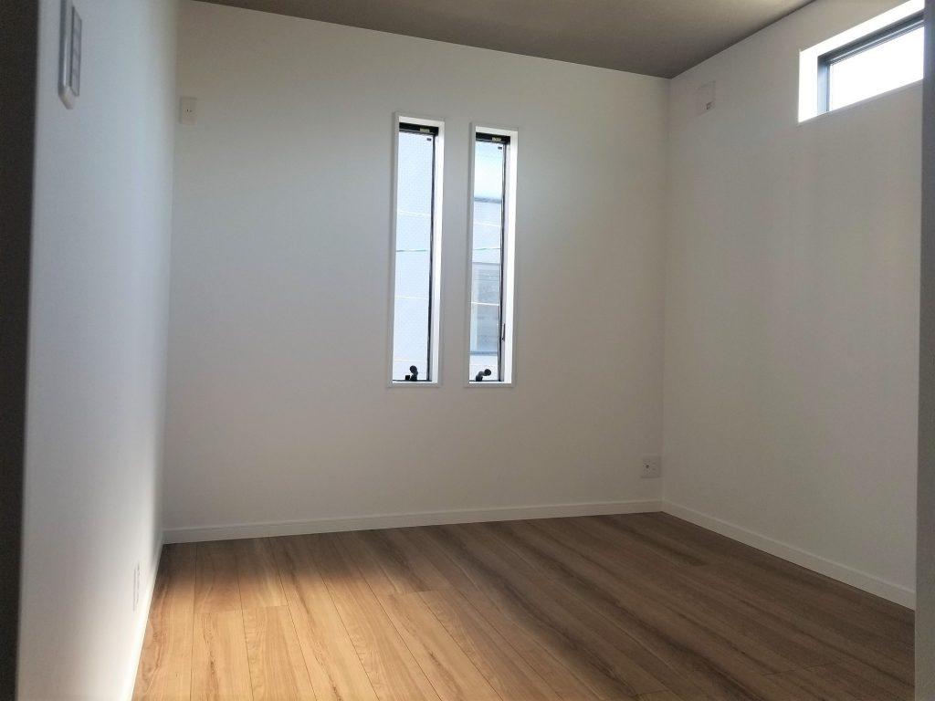 オシャレなスリット窓のある寝室。