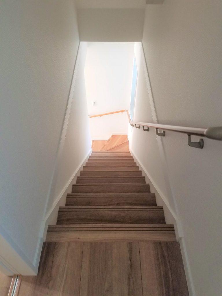 通常階段よりやや緩角度仕様した階段。