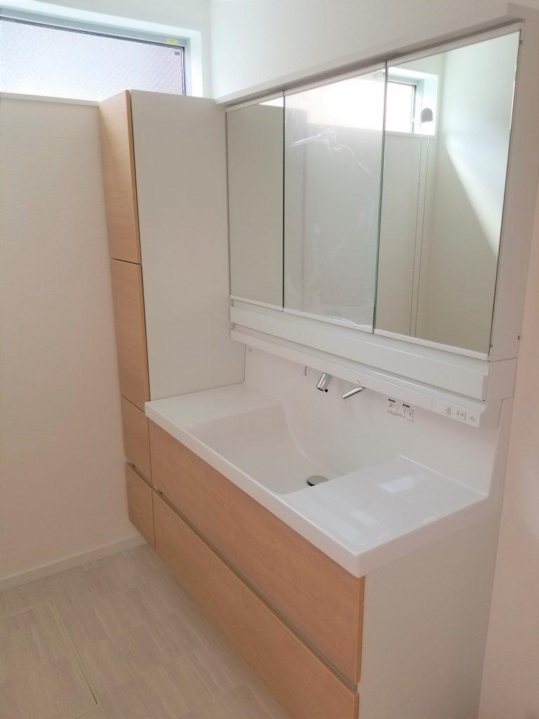 収納もたっぷり洗面台 忙しい朝にも便利な大きめタイプ。