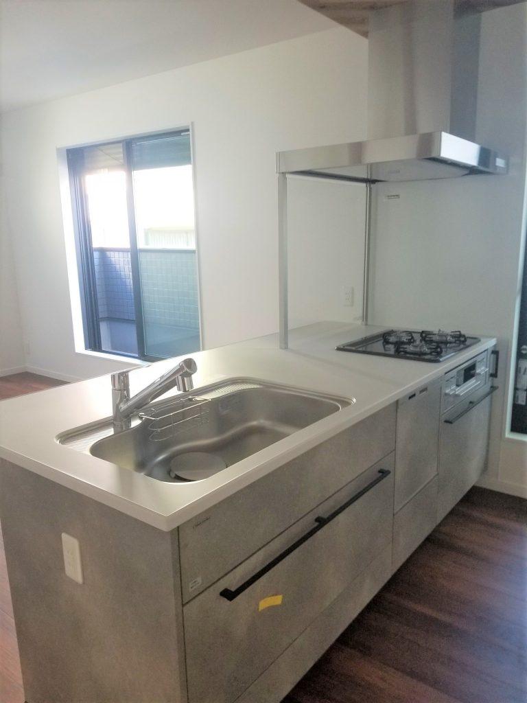 デザイン性のあるキッチンがリビングを引き立てます。