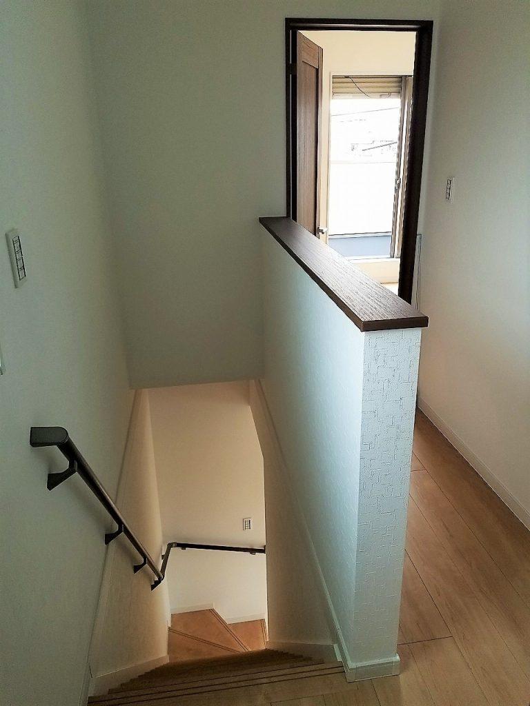 階段横にも窓を設けて明るい廊下に。