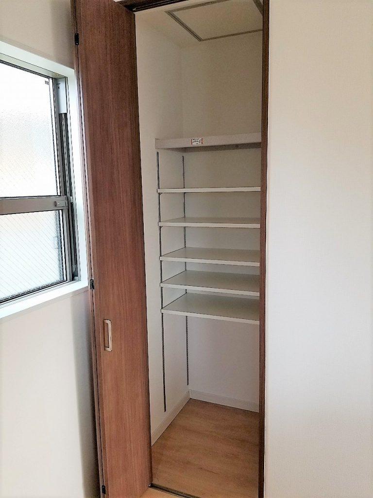 キッチン横には大容量のパントリーを設置!