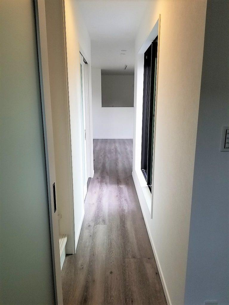 廊下にバルコニーが面しているため部屋全体に光が差し込みます。