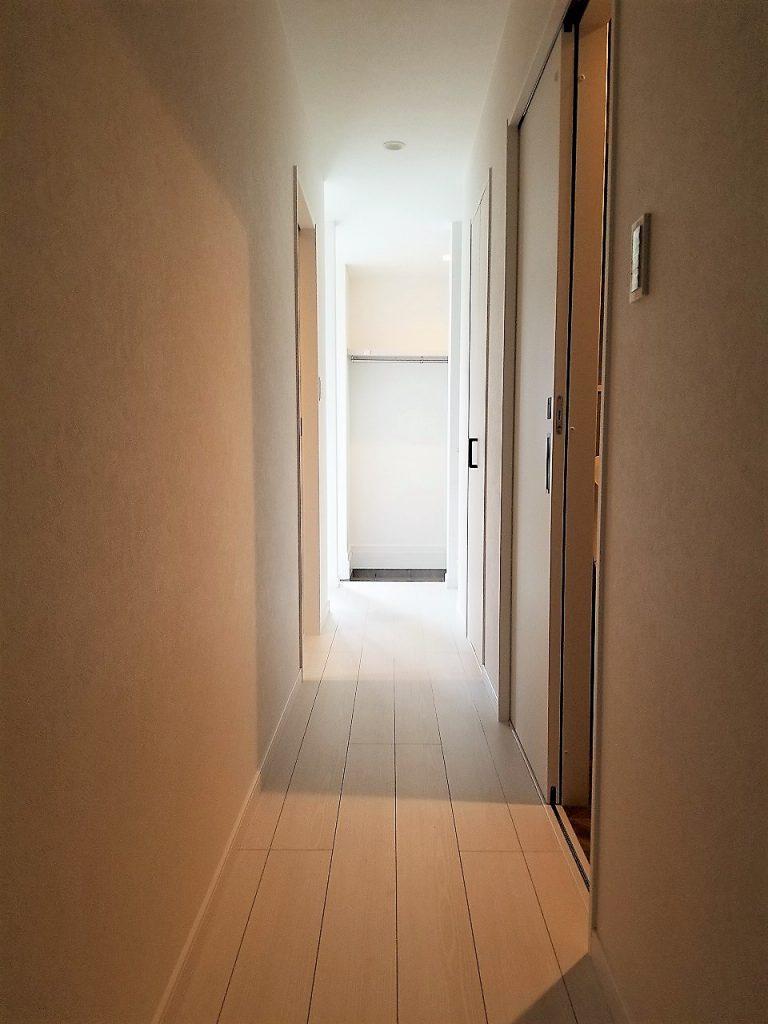 1階の廊下にも採光があり明るい雰囲気になっています。