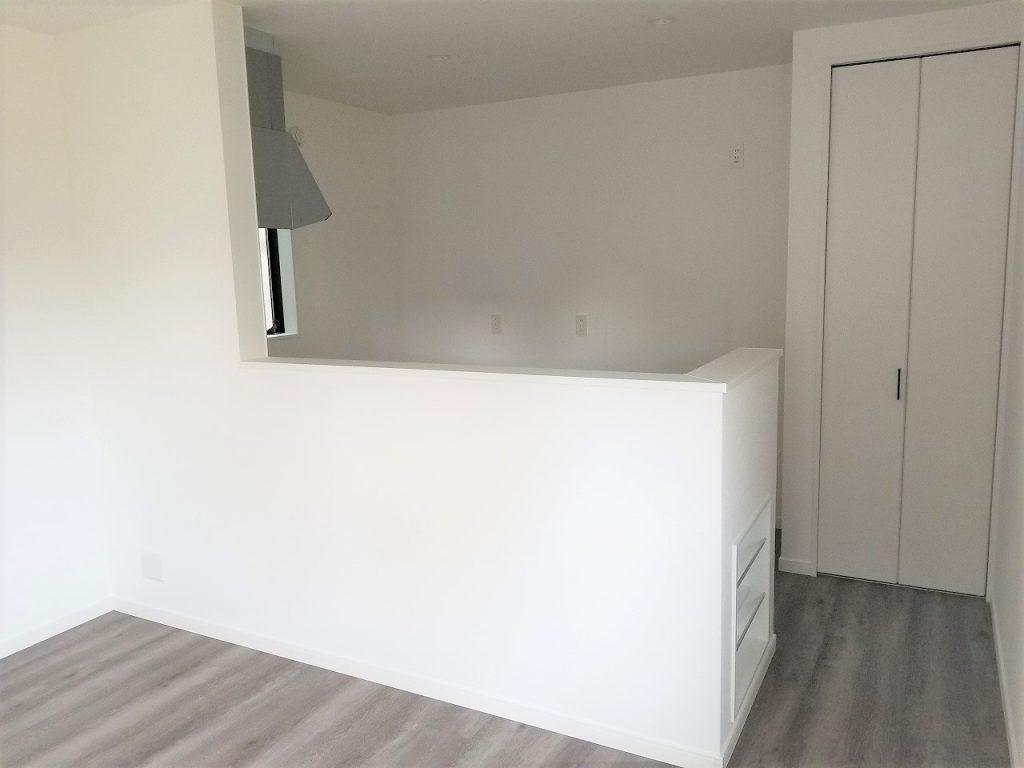 リビング側からみたキッチンは白を基調としていて、お部屋を広く明るく見せます。
