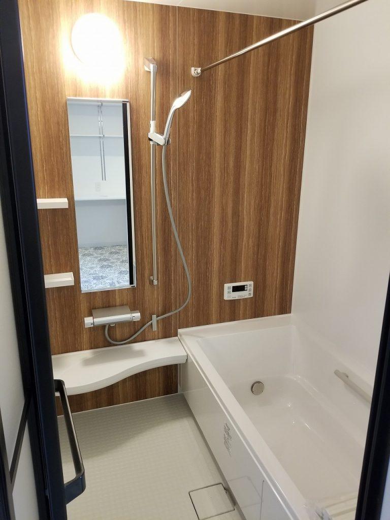 浴室乾燥・追い炊き機能付き!木目調壁のバスでゆったり~。