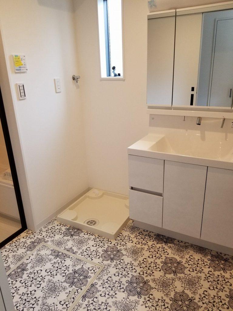 洗面所兼脱衣所の床も好みでアレンジできます。花柄も素敵ですね🌸