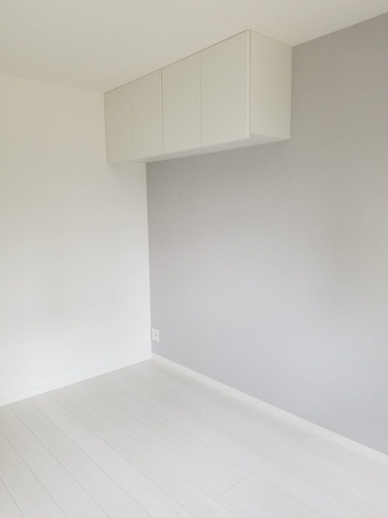 天井と壁に収納を取り付けました。