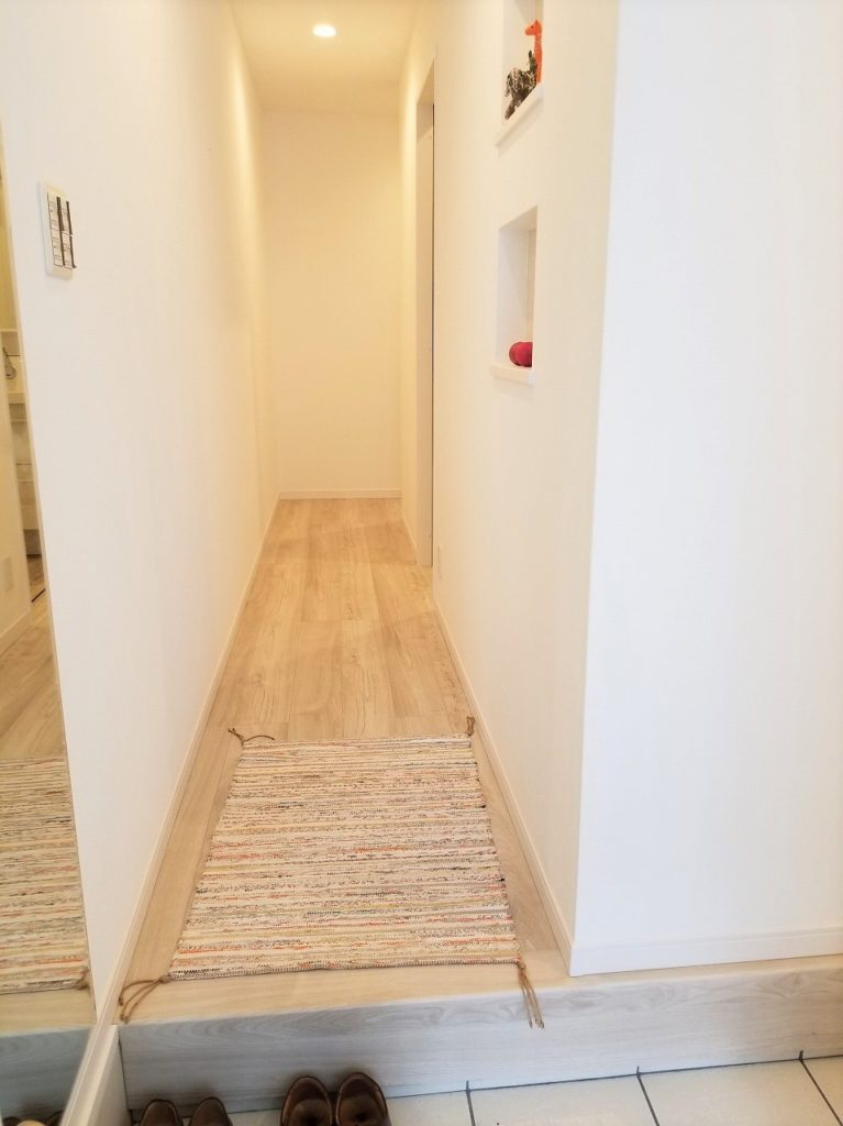 玄関を開けると明るい廊下が広がります!!
