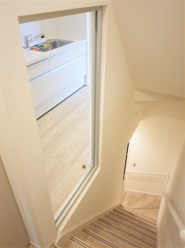 2階ダイニングに続く階段には小窓をつけて開放感を演出しています。