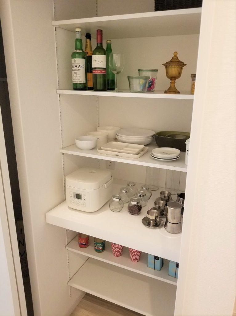 キッチン横に大容量のパントリーを設置。