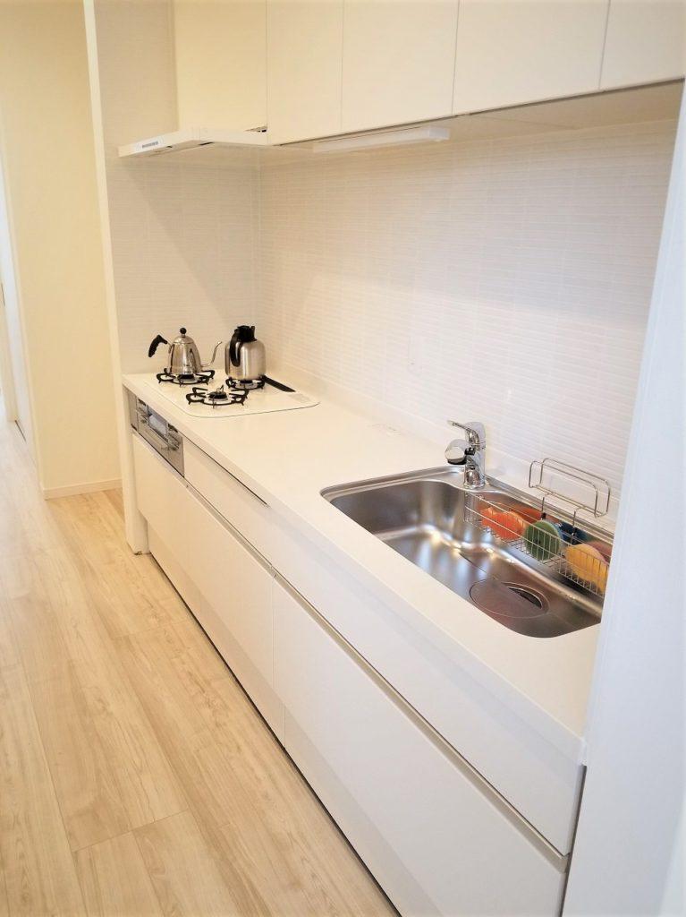 白のシステムキッチンでお料理も楽しくなりますね♪