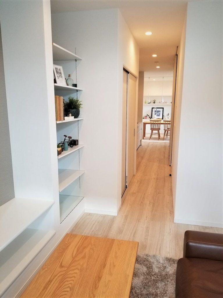 備え付けの棚があるので家具いらずです。
