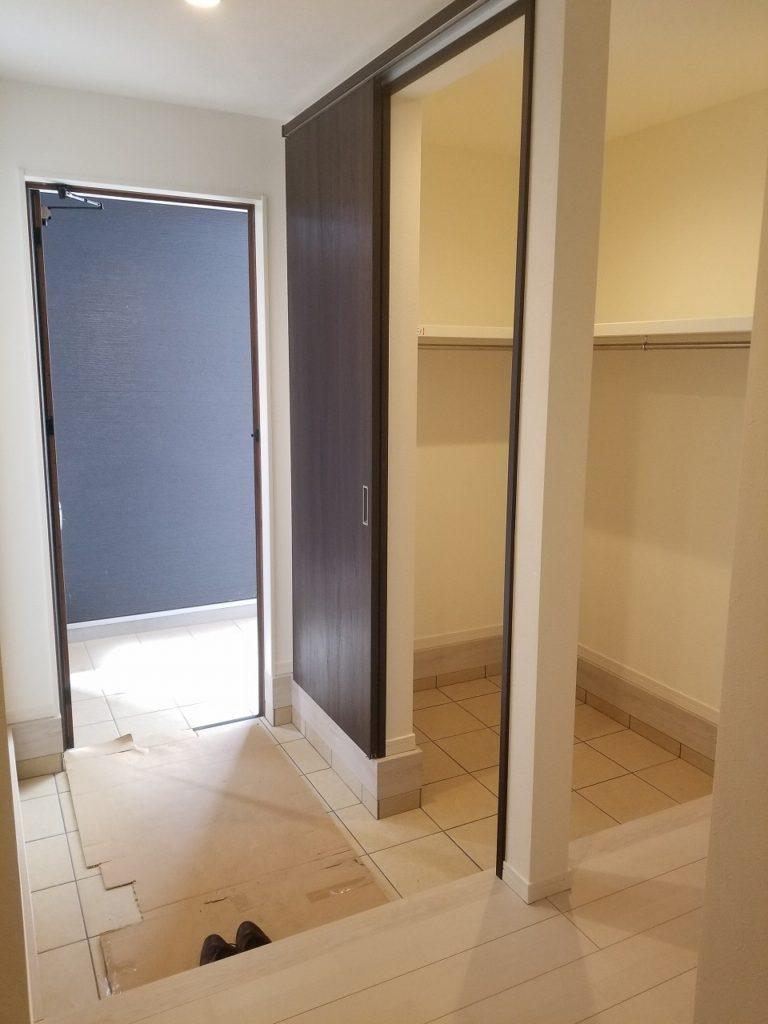 玄関扉の前に柱があるので、プライバシーもしっかり守られます!!