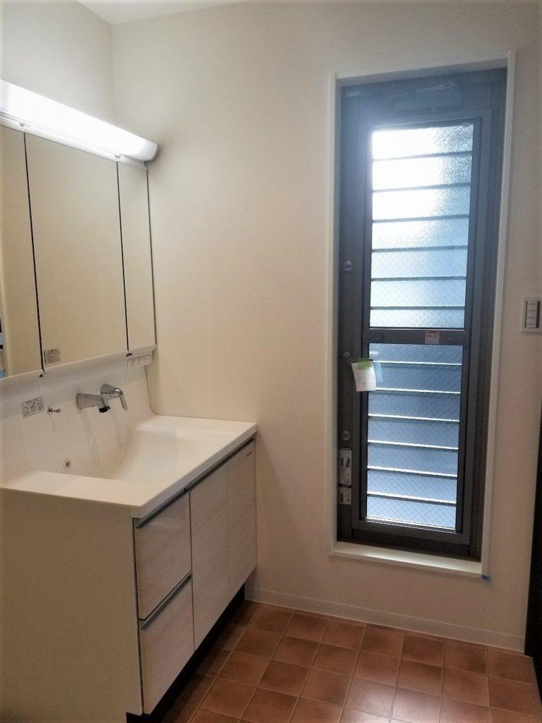 洗面室の隣から2階バルコニーへ。洗濯物を干すのに便利ですね♪