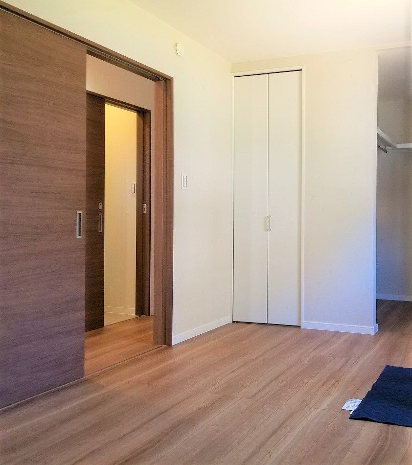 扉の色が落ち着いた印象を与えます。