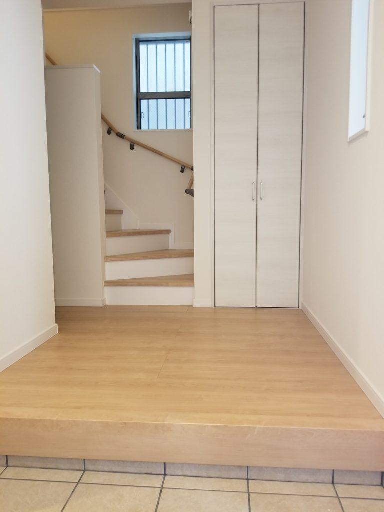 玄関から階段へと続きます
