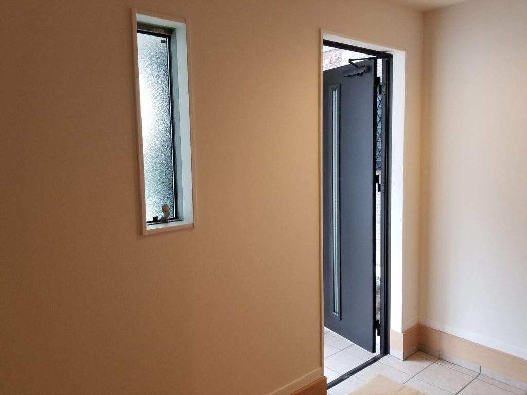 玄関に窓から光が差し込みます