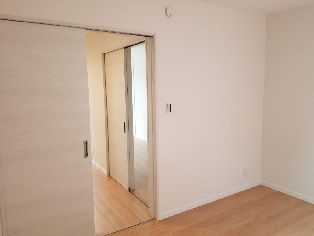 白色の壁や扉が綺麗です