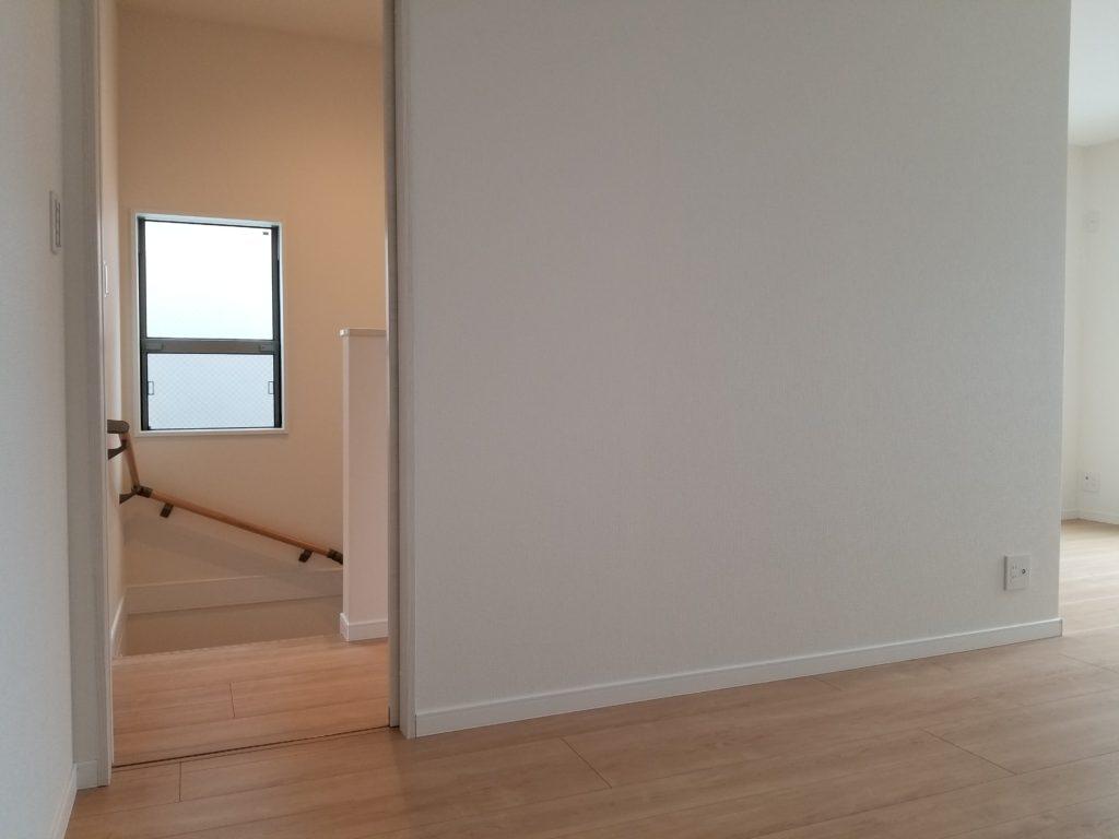 階段から続く廊下、洋室です