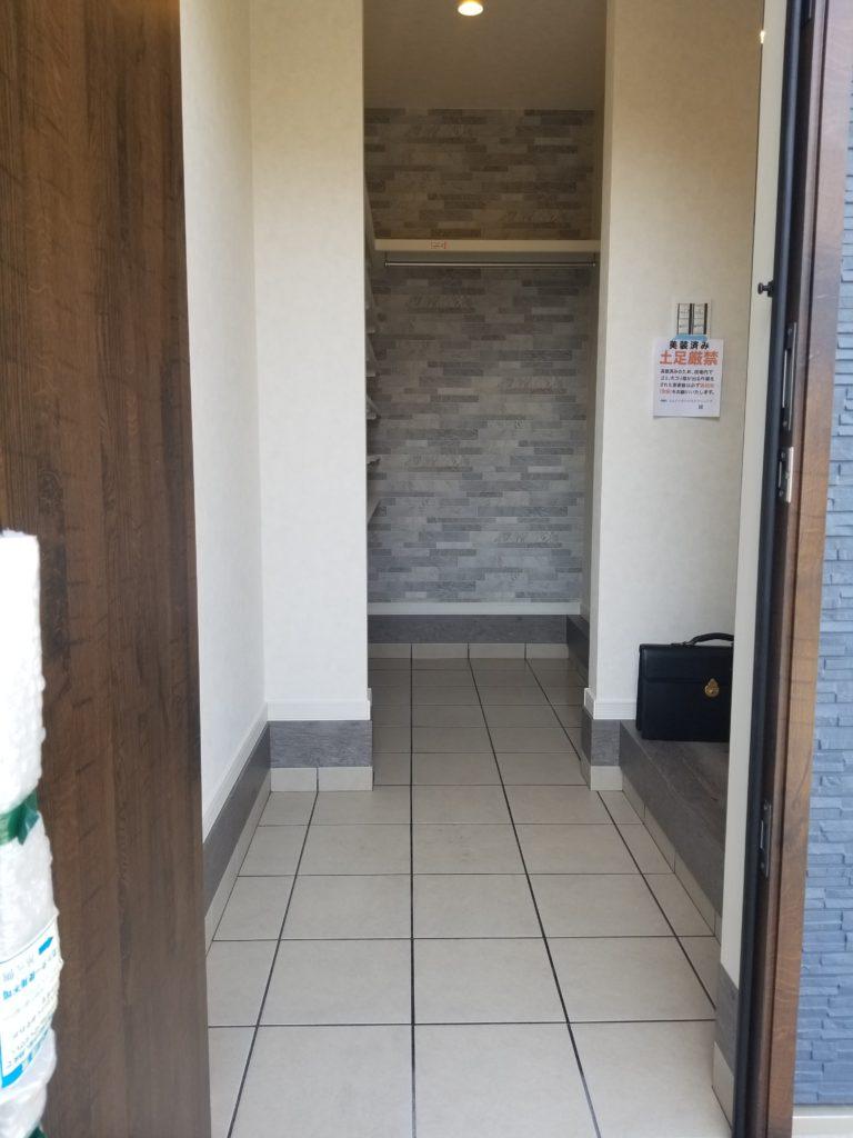 奥にシューズインクローゼットを設置した玄関