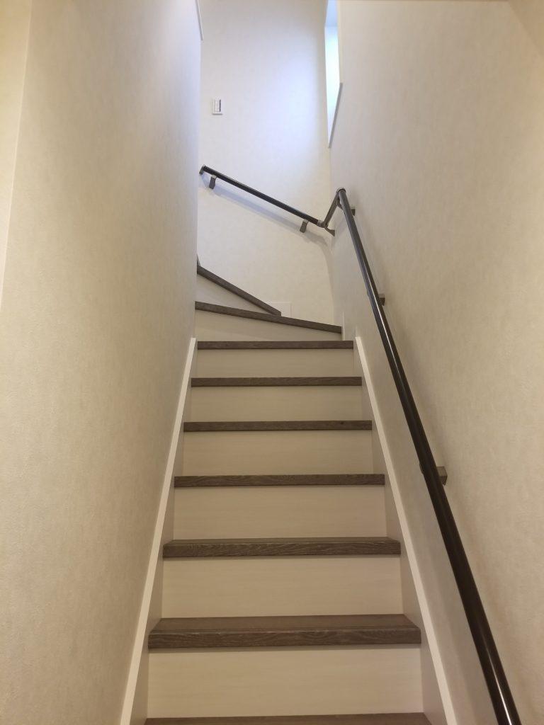 窓を設置した明るい階段